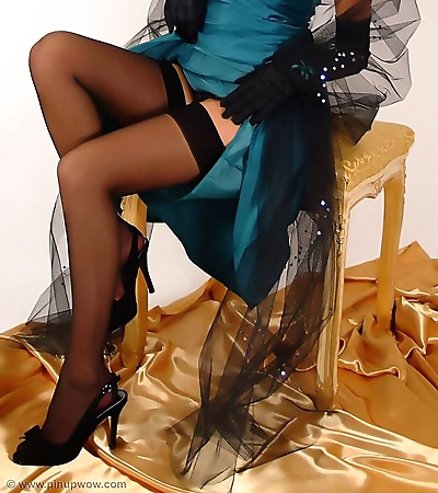 Leggy pinup babe in black..