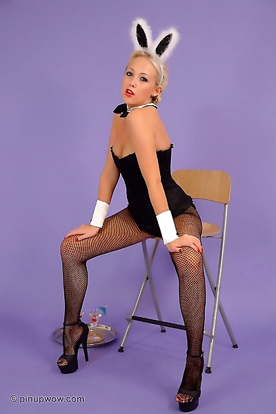 Blonde pinup bunny in pantyhose - part 980